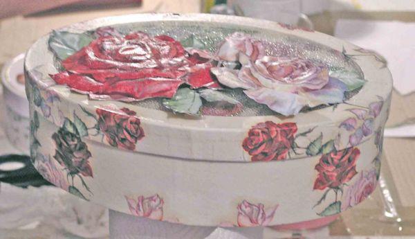 Ovale Dose mit Rosen