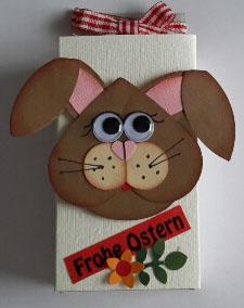 Großer Hase auf Schachtel