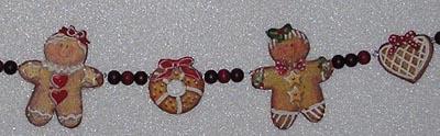 Ausschnitt von Girlande mit Weihnachtsgebäck aus Serviette auf 5mm Styropor und Holzperlen.