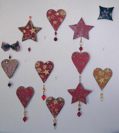Herze und Sterne-Anhänger. Dekotoff auf Fotokarton und dieses auf Styropor 5mm. Acrylperlen zur Dekoration.